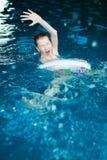 在室内游泳池的无能为力的儿童图画 免版税库存照片