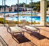在室内游泳池的Sunbeds 免版税库存照片