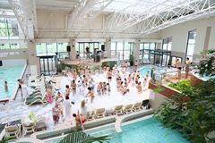 在室内游泳池附近的泡沫党 免版税库存图片
