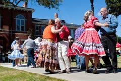 在室外事件的老年人方块舞 免版税库存图片
