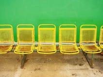在室外体育场球员的葡萄酒钢位子把与破旧的油漆的椅子换下场 免版税库存照片