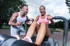 在室外健身房的有动机的夫妇 免版税库存图片