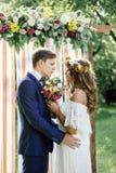 在室外公园的婚礼-接触的新娘和新郎 库存照片