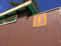 在室外公开Toliet之外的女性标志 库存照片