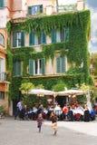 在室外咖啡馆桌附近的儿童游戏在罗马,意大利 库存照片