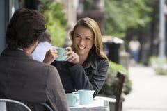 在室外咖啡馆的夫妇 库存照片