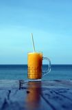 在室外咖啡馆的汁液 库存照片