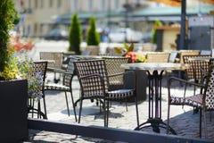 在室外咖啡馆的空的chiars在夏日 免版税库存图片