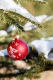 在室外多雪的结构树的圣诞节球 库存图片