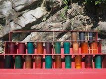 在室外寺庙的奉献的蜡烛立场 库存照片