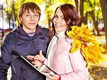 在室外日期的秋天的夫妇。 免版税库存照片