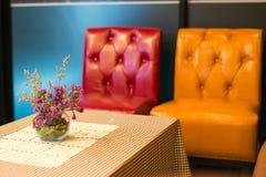 在室外桌咖啡馆的花盆 免版税图库摄影