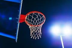 在室外法院的篮球篮在晚上 库存图片