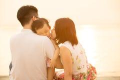 在室外海滩的可爱的亚洲家庭 免版税库存图片
