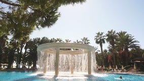 在室外游泳池的流动的水在一家豪华旅馆里 股票录像