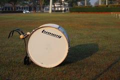在室外游行乐队的鼓仪器 免版税库存照片