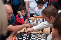 在室外的下棋比赛示范 库存图片