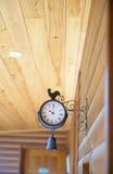在室外的墙壁上的葡萄酒时钟 免版税库存图片