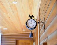 在室外的墙壁上的葡萄酒时钟 库存图片