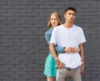 在室外的爱的人种间年轻夫妇 摆在夏天的年轻时髦的时尚夫妇惊人的肉欲的室外画象  女孩 免版税库存照片
