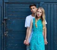 在室外的爱的人种间年轻夫妇 摆在夏天的年轻时髦的时尚夫妇惊人的肉欲的室外画象  女孩 库存图片