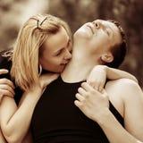 在室外的爱的愉快的年轻夫妇 库存图片