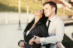 在室外的爱的愉快的年轻夫妇 库存照片