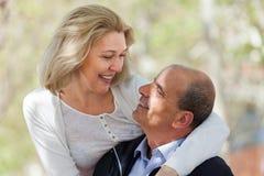 在室外的爱的成熟夫妇 库存照片