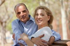 在室外的爱的成熟夫妇 免版税库存照片