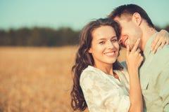 在室外的爱的新夫妇 夫妇拥抱 库存图片