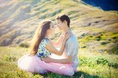 在室外的爱的新夫妇 他们是微笑和看彼此 愉快的生活方式概念 免版税库存照片