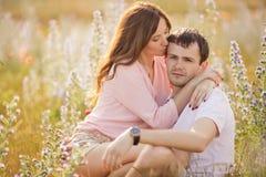 在室外的爱的新夫妇 库存照片