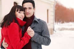 在室外的爱的新夫妇 免版税库存图片