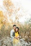 在室外的爱的新夫妇 免版税库存照片
