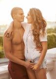 在室外的爱的年轻夫妇。 免版税库存图片