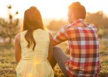 在室外的爱的年轻夫妇 库存照片