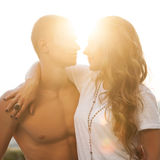 在室外的爱的年轻夫妇 库存图片