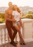 在室外的爱的年轻夫妇 免版税库存照片