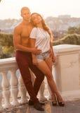 在室外的爱的年轻夫妇 免版税库存图片