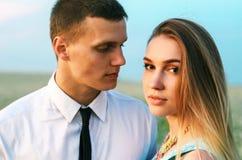 在室外的爱的年轻美好的夫妇 免版税库存图片