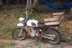在室外的经典减速火箭的微型摩托车在山 库存照片