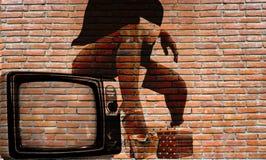 在室外砖墙上的性感的街道画 免版税图库摄影