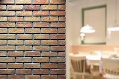 在室外砖墙上的特写镜头在与内部迷离b的夜间 免版税库存照片