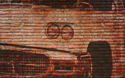 在室外砖墙上的美国汽车街道画 免版税图库摄影