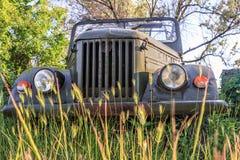 在室外自然周围的老被放弃的葡萄酒俄国汽车UAZ 免版税图库摄影