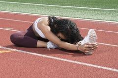 在室外轨道的惊人的非裔美国人的健身模型 图库摄影