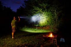 在室外野营的手电 免版税库存照片