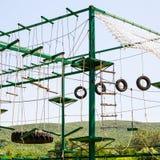 在室外障碍桩的绳索梯子 免版税库存照片