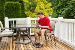 在室外露台的成熟人Enoying早晨咖啡在早晨 免版税图库摄影