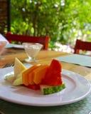 在室外露台的新鲜的热带水果板材 图库摄影